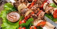 Шашлык издеревенской свинины, баранины, курицы, семги, шампиньонов славашом изеленью отслужбы доставки «Вашашлык» соскидкой50%