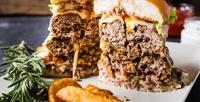 Комбонабор сбургерами, картофелем фри исоусами отбургерной «Краснодарский парень»