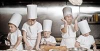 <b>Скидка до 52%.</b> Мастер-класс поприготовлению пиццы или бургеров илимонада для 1либо 2детей вкофейне FatCat