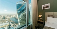 <b>Скидка до 35%.</b> Отдых на48этаже комплекса «Москва-Сити» сдекорированием номера лепестками роз исвечами вромантическом стиле вотеле «Панорама Сити»