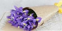 <b>Скидка до 50%.</b> Букет изирисов вупаковке сатласной лентой или композиция-комплимент изсезонных цветов итрав