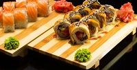 Сет изроллов отслужбы доставки «Кушай суши ипиццу» соскидкой50%