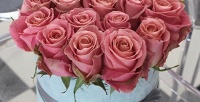 <b>Скидка до 53%.</b> Букет цветов изимпортных роз сзеленью вшляпной коробке