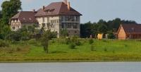<b>Скидка до 55%.</b> Отдых наберегу Шатровского озера для двоих вапартаментах спосещением бани или без, прокатом удочек илодки вусадьбе «Клюква»