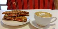 <b>Скидка до 50%.</b> Сэндвич, донат или макаронс инапиток вкофейнях «Кофею»