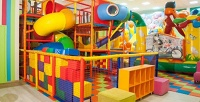 <b>Скидка до 52%.</b> 1час или день безлимитного посещения детской игровой зоны с3-этажным лабиринтом, батутом, настольными играми, фотозоной всемейном развлекательном кафе «Лето»