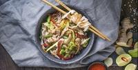 Наборы изроллов, блюда вкоробках wok, супы ипицца отслужбы доставки «Суши-рис» соскидкой50%