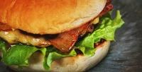 <b>Скидка до 50%.</b> Комбонаборы сбургерами, куриными крылышками, нагетсами инапитками всемейном пабе «Котлетос»