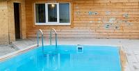 3часа отдыха для компании до12человек спользованием теплым бассейном имангальной площадкой врусской бане «Чайка» (2250руб. вместо 4500руб.)