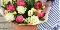 <b>Скидка до 50%.</b> Букет из101 голландской розы или набор цветов вкоробке смакарунами, вдеревянной коробке сименным шоколадом ручной работы либо вшляпной коробке