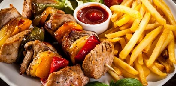 Торжественный банкет ссалатами, горячими блюдами инапитками впабе «Лось»
