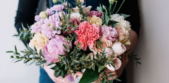 Розы, тюльпаны, ирисы, хризантемы, альстремерии или эустомы