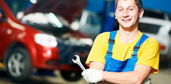 Диагностика, замена масла вдвигателе автомобиля вавтоцентре Car Service
