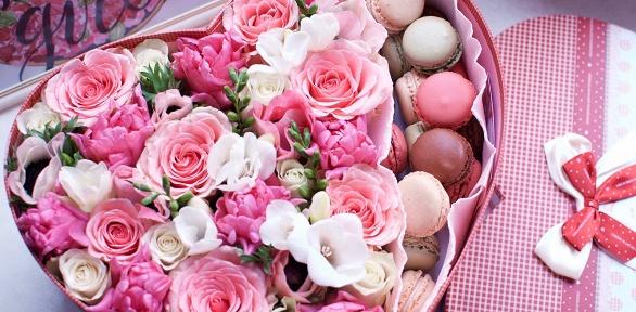 Подарки изцветочных композиций смакарунами