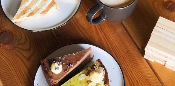 Кофе сдесертом вкофейне спанорамным видом нареку Кубань 7/12 Coffee