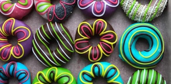 Пончики сначинкой ивглазури икапучино откафе «Пончик &Кофе»