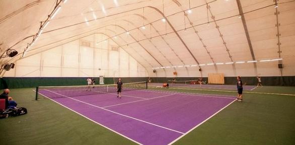 Игра вбольшой теннис накрытом корте втеннисном клубе Tennis School One