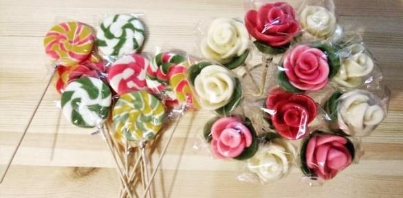 Букеты изкарамельных роз иледенцов напалочках внаборах навыбор