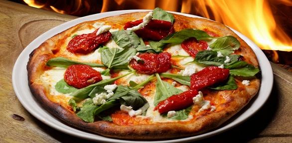 Блюда меню пиццы ипасты витальянском кафе «Тирамису» заполцены