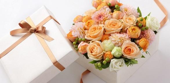 Бокс или букет сцветами либо угощениями навыбор