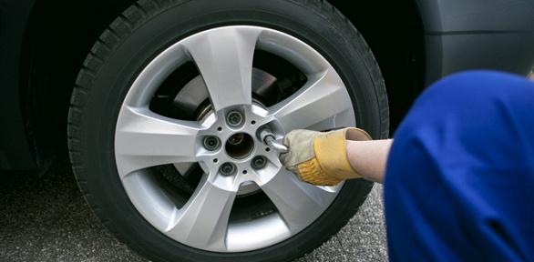 Шиномонтаж ибалансировка колес автомобиля вавтосервисе «Авторесурс»