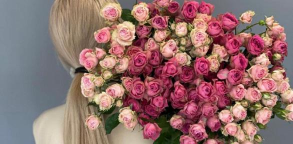 Букеты вшляпной коробке изпремиальных роз, орхидей
