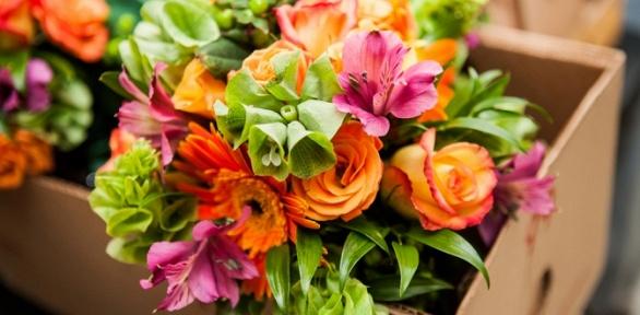 Букет изцветов, розы вшляпной коробке