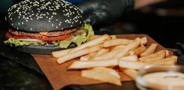 Пенный напиток сбургерами или закусками вбаре Gellert Bar