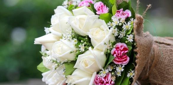 Букет изроз, альстромерий, гербер либо пионов, розы вшляпной коробке