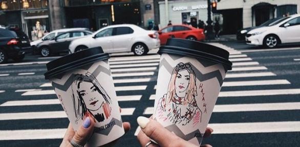 Напитки свашим портретом настаканчике вкофейне Sokol Coffee заполцены