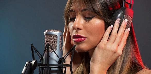 Профессиональная запись в акустической кабинке в студии звукозаписи Proud