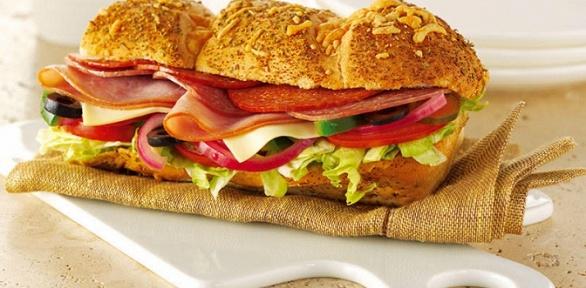 Сэндвич, салат, ролл инапиток навыбор вресторане Subway заполцены