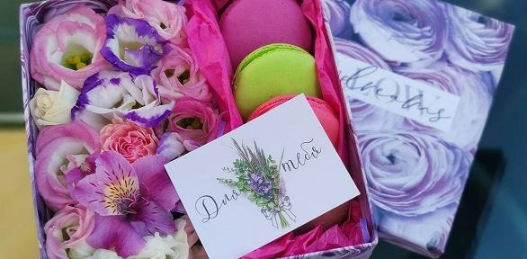 Подарочная коробка сцветами имакарунами
