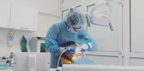 Лечение кариеса сустановкой пломбы встоматологической клинике «Эстедент»