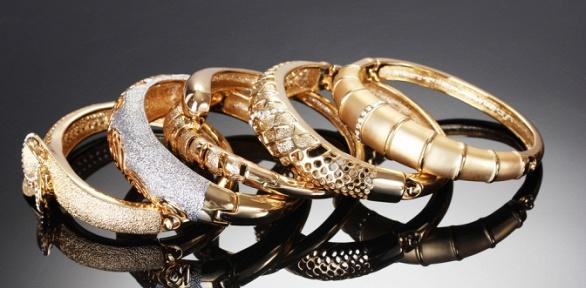 Золотые украшения сбриллиантами, сапфирами или изумрудами заполцены
