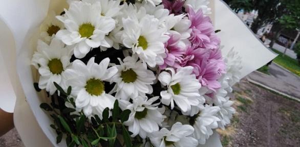 Композиция изцветов вкоробке или нашаре либо букет цветов