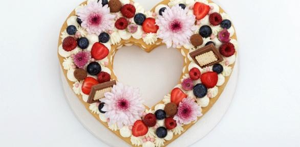 До12капкейков либо торт ввиде цифр, сердца или рождественского венка