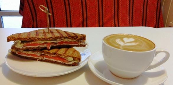Сэндвич, донат или макаронс инапиток вкофейнях «Кофею»