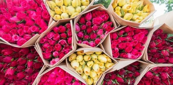 Букет изголландских роз вкрафтовой бумаге, пленке или шляпной коробке