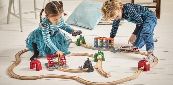 Игра сигрушечной железной дорогой надетской игровой площадке Brio
