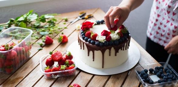 Праздничный торт откондитерской «Неженка» заполцены