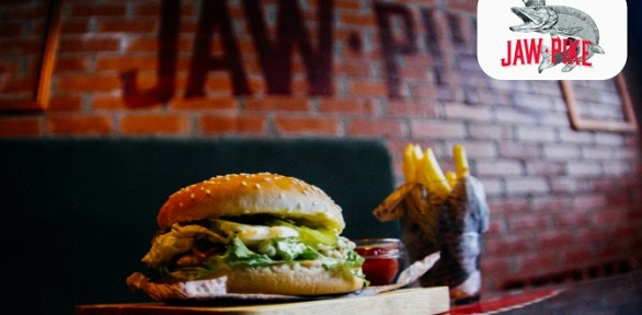 Пенный напиток иблюдо навыбор впивном ресторане Jaw Pike