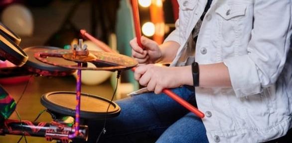 Занятия повокалу, игре нагитаре, барабанах отStudio Talant