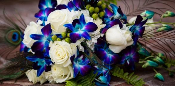 Букет изсиних орхидей, элитных или кустовых роз