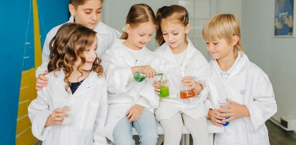 До8занятий вклубе юных химиков «Фарадей»
