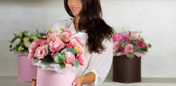 Коробка макарун сцветами или цветочная композиция навыбор