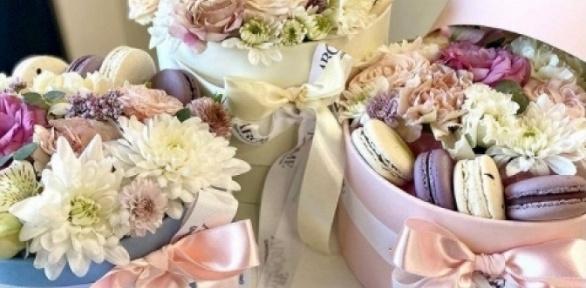 Цветочный букет спирожными макарон вкоробке отбутика Arome Flowers