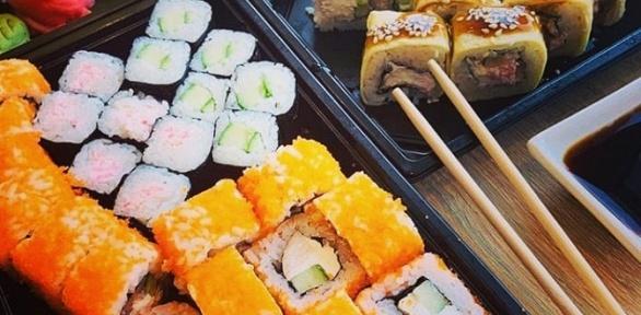 Блюда японской кухни отслужбы доставки «Суши фишка» заполцены