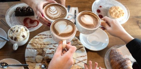 Напиток идесерт всемейной кофейне «Кофейник» заполцены