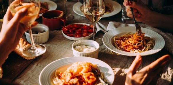 Ужин сгорячим блюдом, салатом вкафе «ДеПариж»
